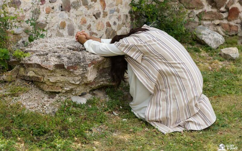 Image of Jesus alone praying in the mountain